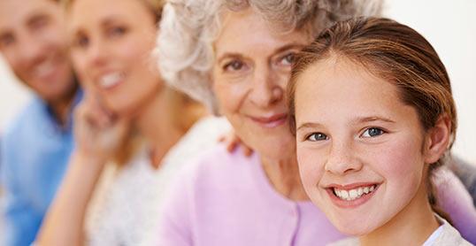 bilde av mor, far, bestemor og barnebarn